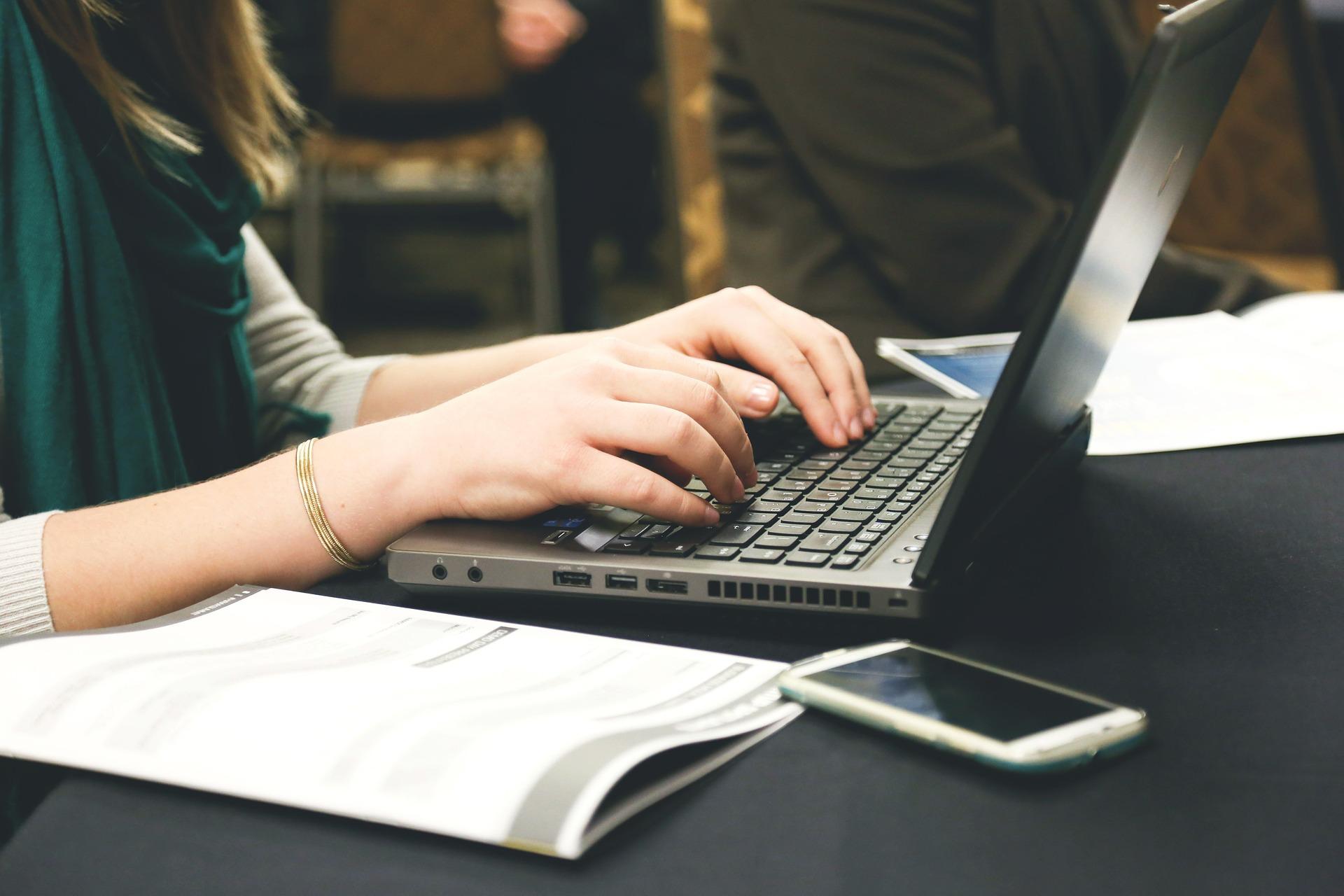 pixabay, narzędzia do komunikacji przy projekcie dla freelancerów i zleceniodawców