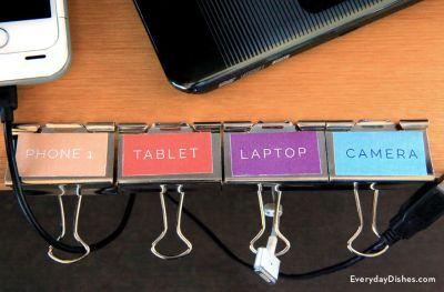 Jak użyć spinacza do uporządkowania kabli źródło http://everydaydishes.com/creative-crafts/how-to-make-cord-organizer/