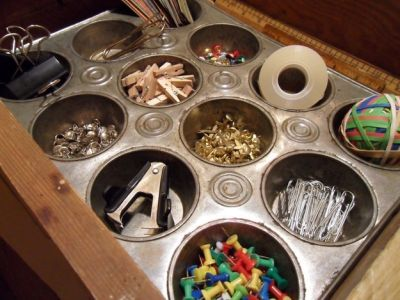Dzień sprzątania biurka – rady dla freelancerów źródło https://www.buzzfeed.com/twopoodles/ways-to-keep-all-the-small-things-in-your-life-spe-9g24?utm_term=.cjMokBekR#.bbv8yPoyv