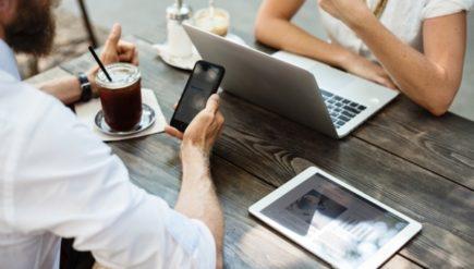Praca freelancera: jak prowadzić negocjacje z klientem nad stroną www?