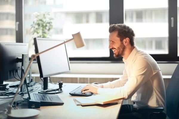 Praca w jednej pozycji przy komputerze a produkwtność