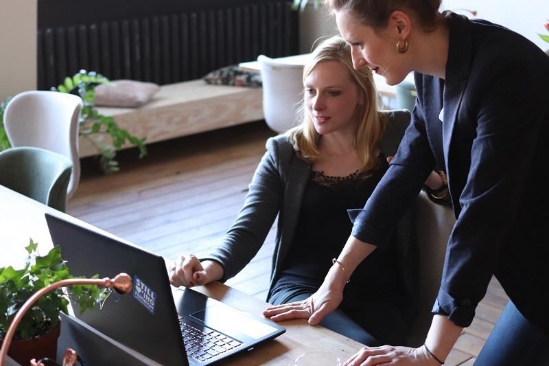 Freelancing i praca zdalna: jak połączyć etat ze zleceniem
