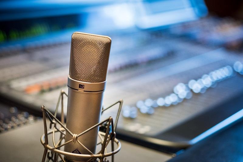 Voice search dla copywriterów - jak optymalizować teksty?